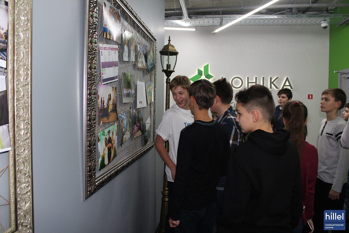 Новости школы: Ярко. Интеллектуально. Логично. Экскурсия Студентов детского курса в офис компании Lohika. юные Студенты изучают фотографии сотрудников Lohika