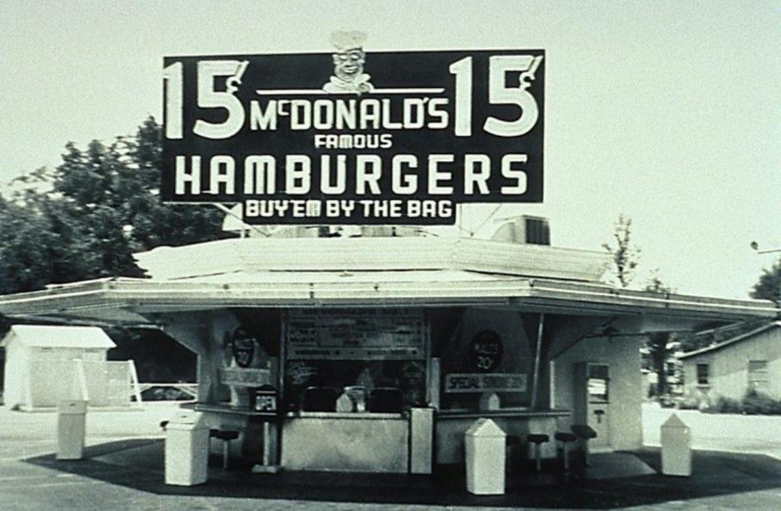Статьи: McDonalds: история и эволюция известного логотипа. Самой первой эмблемой сети была обычная вывеска с надписью «Mcdonald's Famous Barbecue» (источник фото: https://www.amusingplanet.com)