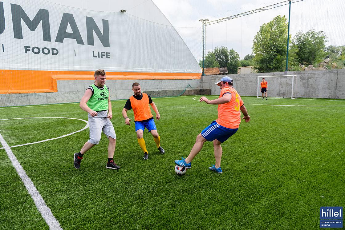 Новини школи: У футбол грають справжні айтішники. Товариський футбольний матч у Дніпрі.. Справжній футбол для справжніх айтішників