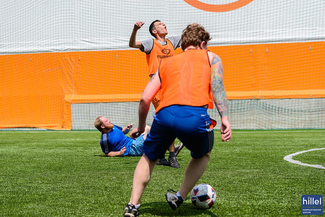 Новини школи: У футбол грають справжні айтішники. Товариський футбольний матч у Дніпрі.. Все як на реальному матчі