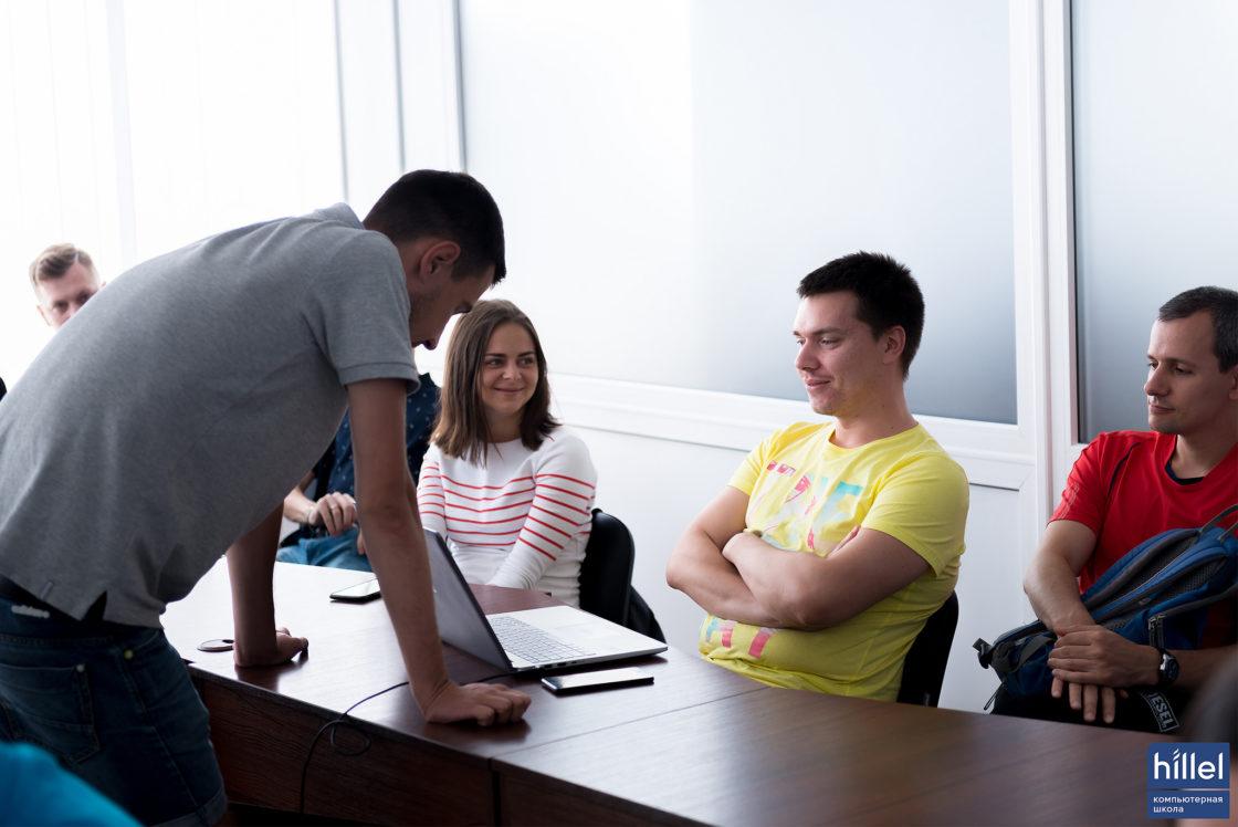 Статьи: Как программа Hillel Evo помогает приобрести практический опыт. Отзывы участников Evo.. Роман подружился с членами своей команды