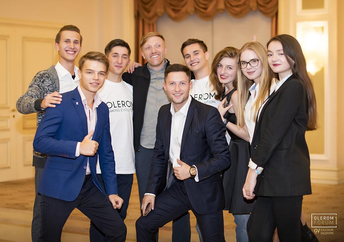 Статті: Olerom Forum 1. Головна бізнес-подія року очима волонтера. Волонтери та гості форуму з засновником Kickstarter Чарльзом Адлером