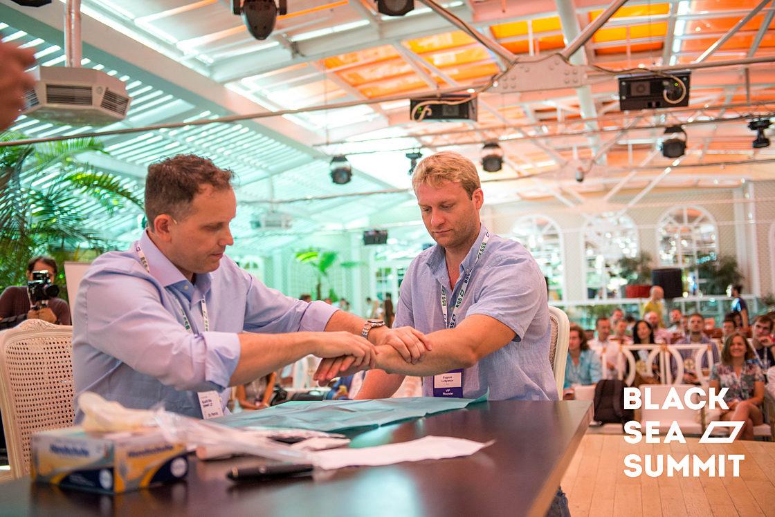 Новости школы: На инновационной ноте. Рекорды конференции Black Sea SummIT 2016. Внедрение чипа в ладонь участника конференции