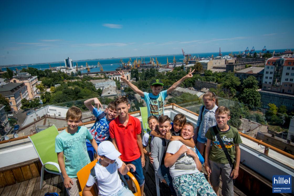 Новости школы: Детский IT-лагерь — лучший способ провести две недели летних каникул. Воспитанники Детского IT-лагеря Компьютерной школы Hillel в офисе компании Ciklum