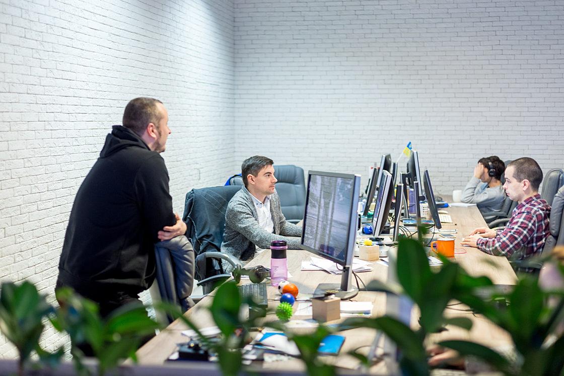 Интервью: Руководитель OWOX Владислав Флакс: «Победой я буду считать, если люди смогут общаться с данными так же просто, как сейчас выбирают авиаперелеты». Над первым проектом компании работало 3-4 разработчика